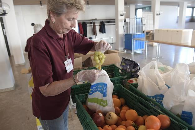 Ines Grandicelli packt Früchte in Säcke ab.