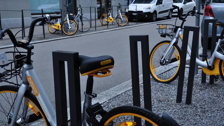 In der Nacht auf Freitag sind in Dietikon plötzlich unzählige O-Bikes aufgetaucht, hier ein Bild aus dem Limmatfeld.