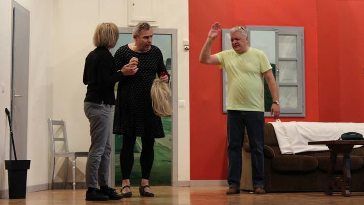 Kurt Bachmann (Geri Müller, rechts) versucht seiner Frau Nelly (Doris Dethomas) zu erklären, weshalb er und sein Untermieter (Thomas Räber) Frauenkleider tragen.