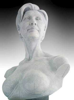 Daniel Edwards Skulptur von Hillary Clinton wurde 2006 im Sexmuseum gezeigt. Edwards hat auch eine Nacktskulpture von Britney Spears angefertigt, die auf einem Bärenfellteppich ein Kind zur Welt bringt.