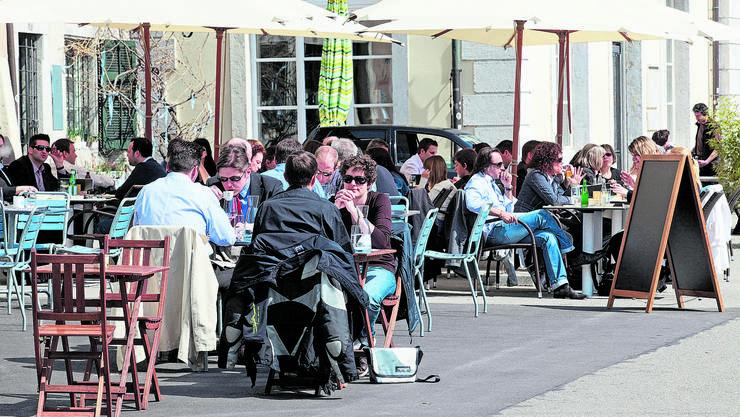 Gäste essen wegen Corona lieber in Aussenbereichen von Restaurants. Im Herbst sind diese aber zu.