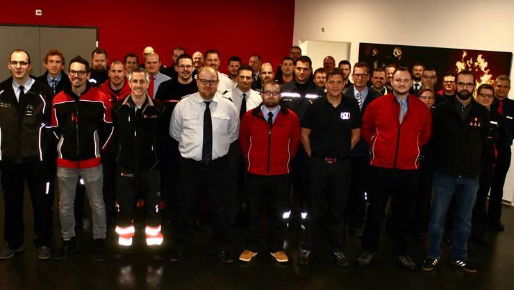 Die neuen Feuerwehrkommandanten und die Kommandantin mit ihren Ausbildnern.