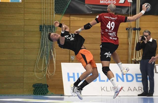 HSC-Kreisläufer Martin Slaninka (r.) setzt sich in der Offensive gegen Kadettens Lukas Herburger durch.