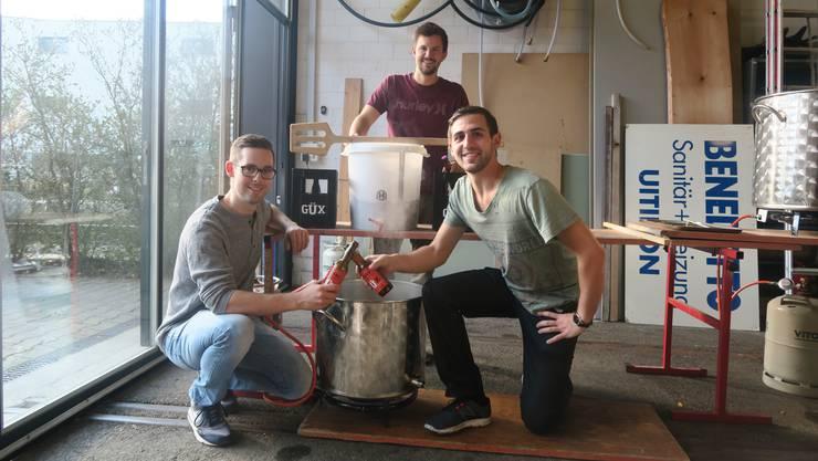 Die drei Freunde (v.l. Martin Egloff, Raphael Schäfer und Riccardo Steffen) stossen mit ihrem eigenen Bier an. Im Topf brodelt bereits das nächste Fiirabigbier.