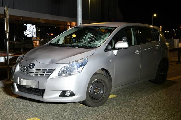 Oftringen AG, 29.Dezember: Ein 38-jähriger Fussgänger wurde durch ein herannahendes Auto erfasst und zu Boden geschleudert.