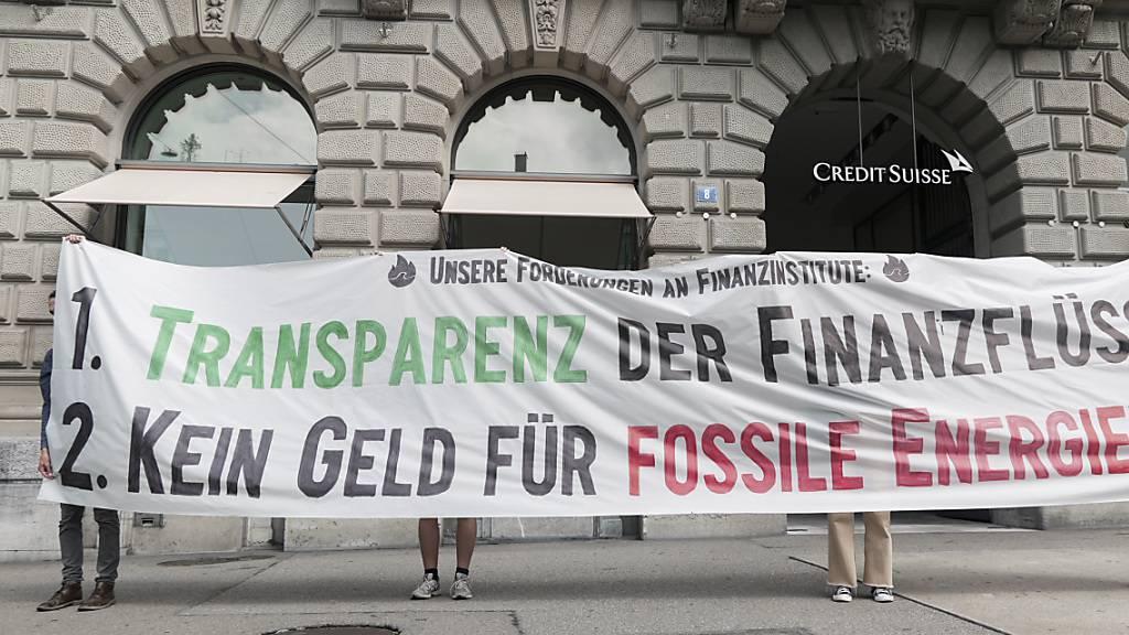 Klimaaktivisten haben am Montag auf dem Zürcher Paradeplatz ihre Forderungen an den Schweizer Finanzplatz formuliert: Investitionen in fossile Energien sollen sofort gestoppt und die Finanzflüsse in diesen Sektor offengelegt werden.