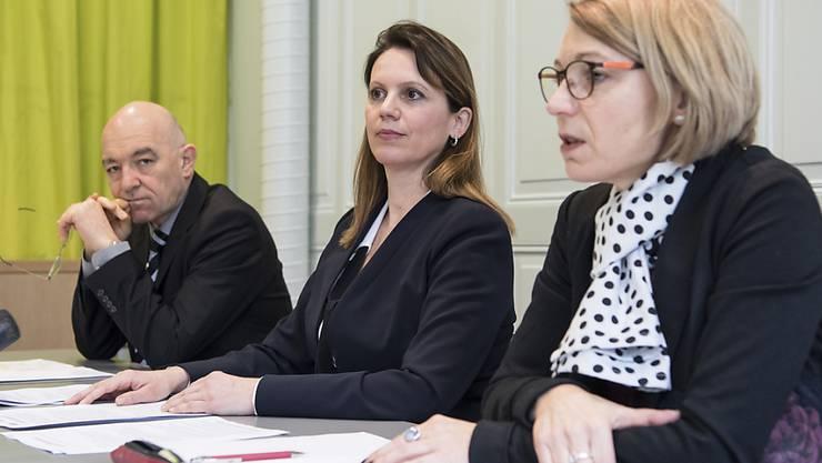Daniel Jositsch (SP/ZH), Chantal Galladé (Mitte, SP/ZH) und Yvonne Feri (SP/AG) erläutern die Positionen der Reformorientierten Plattform der SP Schweiz zur öffentlichen Sicherheit. Die Plattform bekennt sich zur Beschaffung neuer Kampfjets.