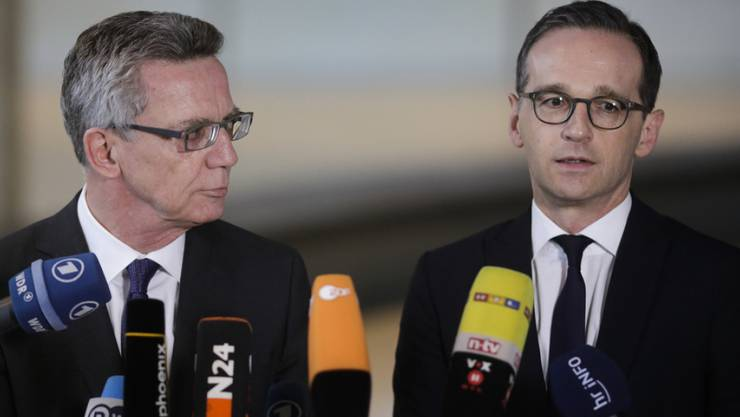 Innenminister de Maizière (links) und Justizminister Maas möchten kriminelle Ausländer leichter abschieben können. (Archiv)