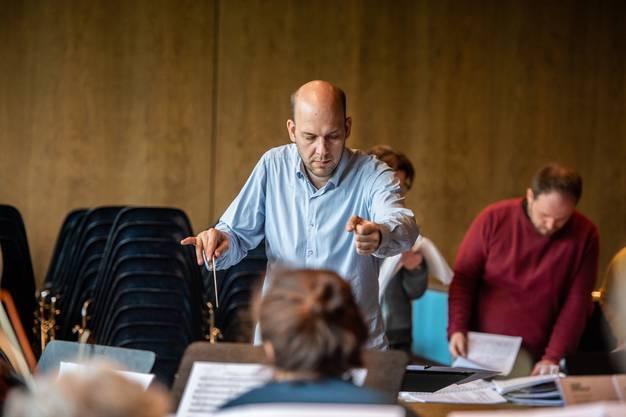 Reimar Walthert probt für die Operette «Grüezi» mit seinem 35-köpfiges Orchester.