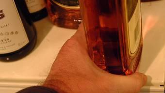 Sucht: Der Griff nach der Flasche ist nicht nur für einen alkoholkranken Menschen belastend, sondern für seine ganze Familie. (Bild: Walter Schwager)