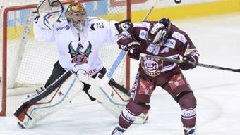 Servettes Stürmer Kevin Romy verdeckt Freiburgs Goalie Benjamin Conz die Sicht