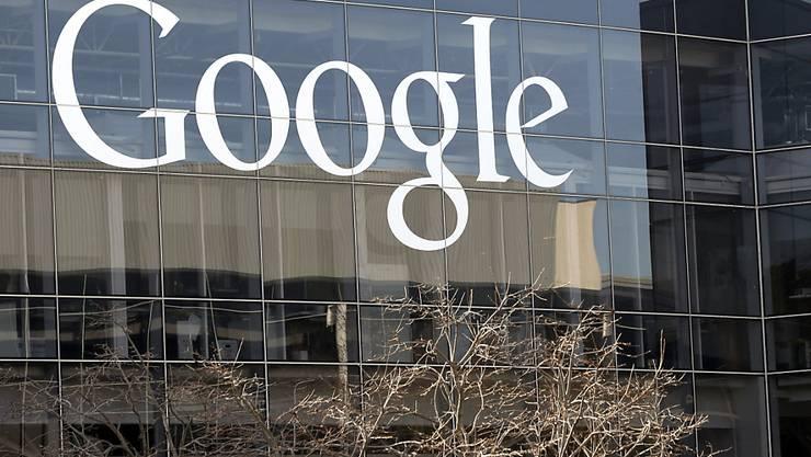 Google will massiv in erneuerbare Energien investieren, insbesondere in Wind- und Solarenergieverträge. (Archiv)