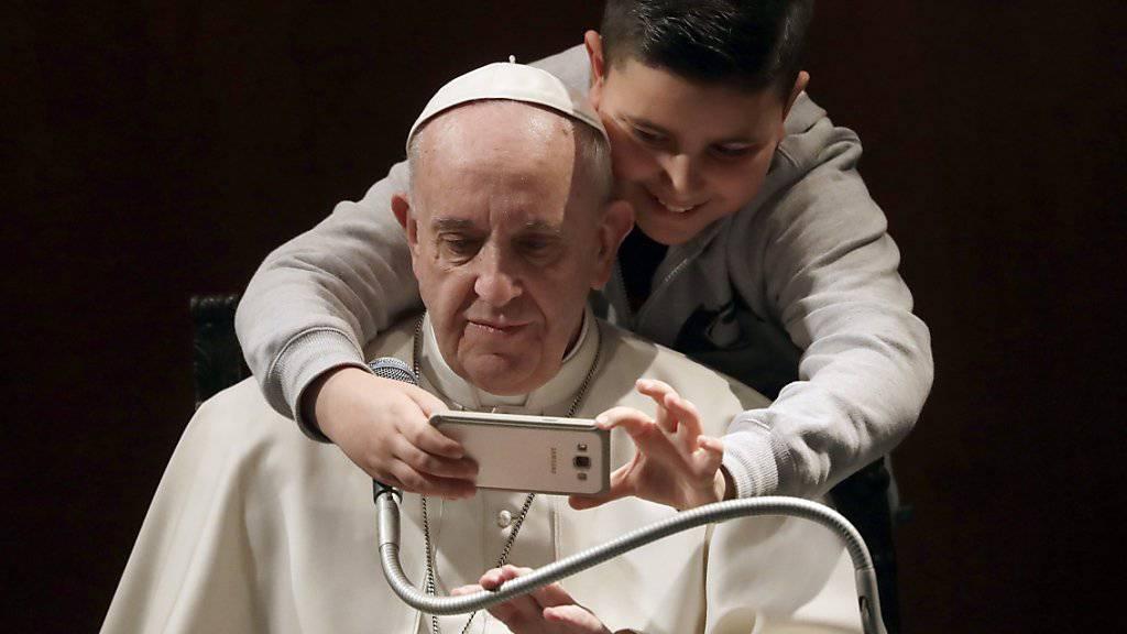 Der Papst will wissen, was die Jugend bewegt - und startet darum eine Online-Umfrage. (Archivbild)