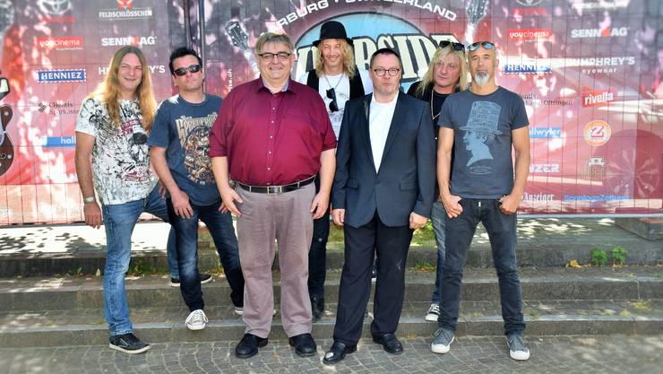 Freuen sich gemeinsam auf das Riverside Open Air: Ammann Hans-Ueli Schär und Sicherheitsvorsteher Fredy Nater (vorne) mit den Bandmitgliedern von Gotthard Marc Lynn, Hena Habegger, Nic Mäder, Leo Leoni und Freddy Scherer (v.l.) am «Meet & Greet» in Aarburg.
