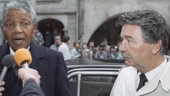 Nelson Mandela (l) und René Felber am 9. Juni 1990 in Bern (Archiv)