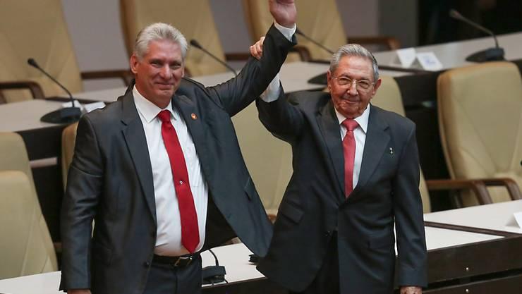 Die USA haben am Freitag weitere Massnahmen gegen Kuba verhängt, um das dortige Regime um Präsident Miguel Diaz-Canel (links) zu schwächen. (Symbolbild)