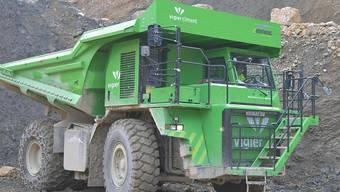 Der weltgrösste Elektrolaster fährt in einem Steinbruch bei Biel.