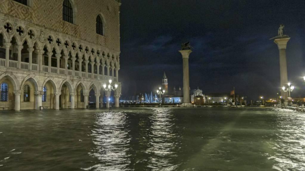 Acqua alta in Piazza San Marco a Venezia (links der Dogenpalast; Aufnahme vom 6. November 2017).