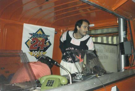 Hugo Bigi im Radio 24 Sendebus im Jahr 1998