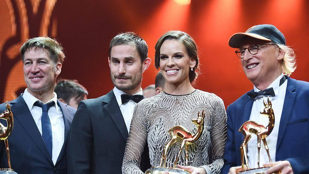 Ein Stück Hollywood in Berlin: Preisträgerin Hilary Swank an der Bambi-Verleihung mit den Schauspielern Tobias Moretti, Clemens Schick und Otto Waalkes.