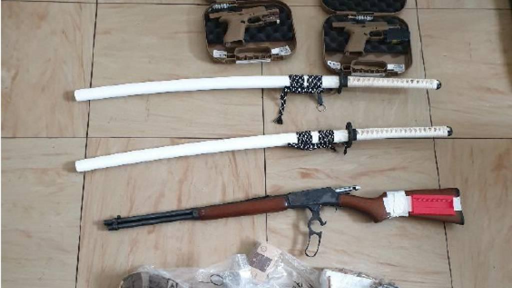 Bei einer Razzia gegen radikale Gegner der Corona-Massnahmen stellte die Polizei in Österreich Waffen und Munition sicher.