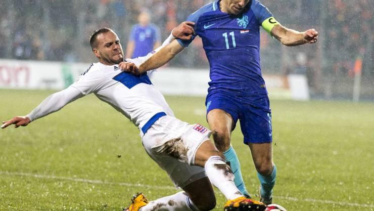 Luxemburg - im Bild Maxime Chanot gegen Arjen Robben - wehrte sich gegen die Niederlande tapfer