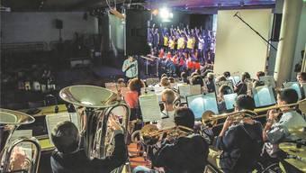 Gemeinsamer Auftritt: Die Musikgesellschaft Dottikon mit Dirigent Hanspeter Weiss auf der Nebenbühne, der Turnverein auf der Hauptbühne. Toni Widmer