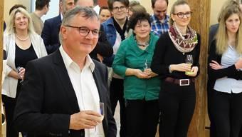Der scheidende Gerichtspräsident Benno Weber freut sich über die Anerkennung seiner Arbeit beim Abschiedsapéro.Eddy Schambron