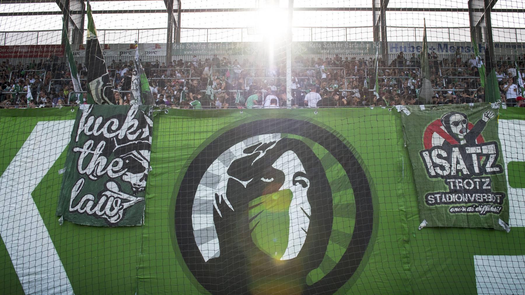 Wer in den vordersten Reihen des Espenblocks inmitten der Fahnen stehen darf, wird von den Fanclubs entschieden.