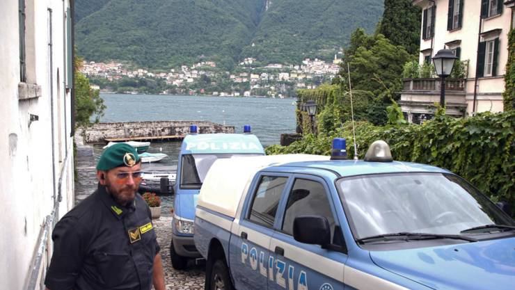 Die italienische Polizei musste am Samstag eine Villa von George Clooney am Comer See absperren, weil viele Schaulustige den Besuch von Ex-US-Präsident Barack Obama und seiner Familie mitverfolgen wollten.