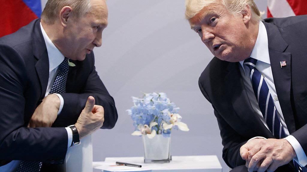 Russlands Präsident Wladimir Putin (links) und US-Präsident Donald Trump werden beim Zusammentreffen in Helsinki am 16. Juli hart um ihre Positionen bei der Krim-Annexion kämpfen müssen. (Archivbild)