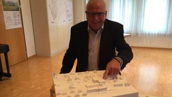 Hans Schärer, Präsident der Stiftung, zeigt auf den Neubau (heute Haus A).uhg