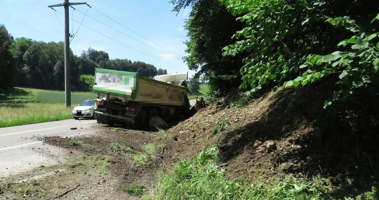 Der Lastwagen kam auf der Mohrentalstrasse von der Fahrbahn ab.