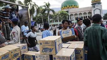 Vor der Moschee in der vom Tsunami heimgesuchten Stadt Palu werden Hilfsgüter abgeladen.