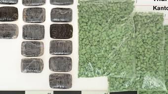 Thurgauer Zöllner haben in Diessenhofen einen Drogenschmuggel vereitelt: In der Rücksitzlehne eines überprüften Fahrzeuges befanden sich 3,2 Kilogramm Ecstasy und 2,4 Kilogramm Haschisch.