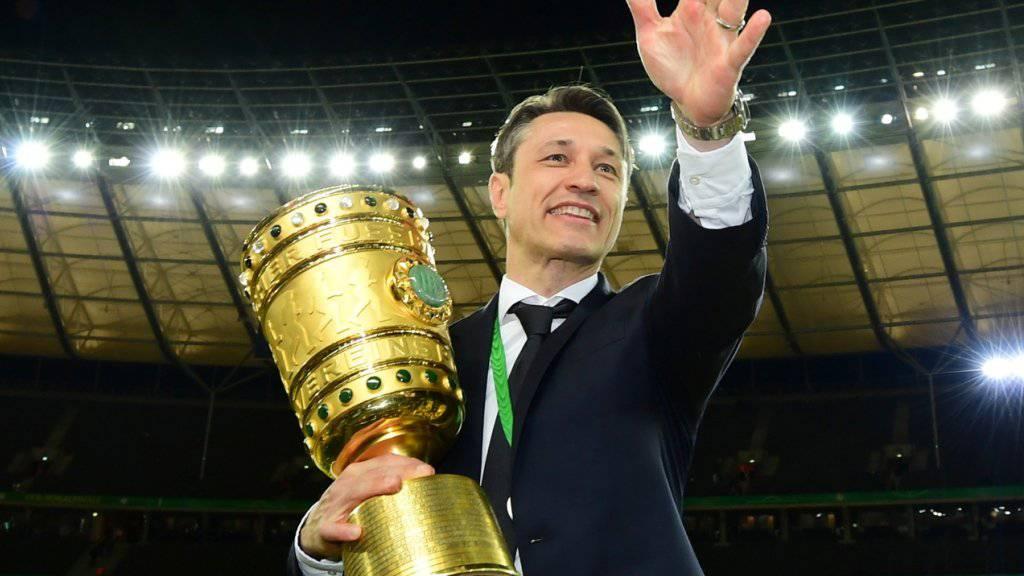 Niko Kovac (im Bild mit der Cup-Trophäe) bleibt nach dem Double-Gewinn Trainer von Bayern München