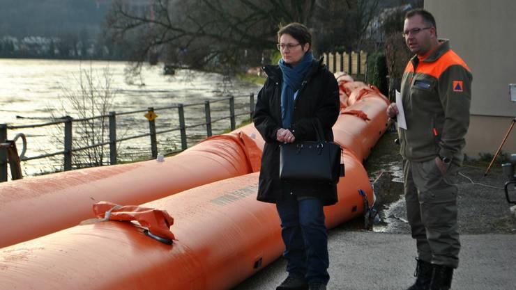 Regierungsrätin Franziska Roth hat sich am Freitagmorgen die Hochwassersituation in Wallbach angeschaut.