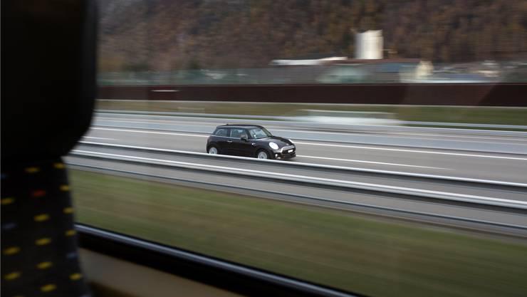 Strasse oder Schiene? Familien, die ein günstiges Auto kaufen, haben die bessere Kostenbilanz.