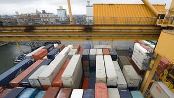 Neue Terminals sind nötig, um die stark wachsenden Containermengen auf Strasse, Schiene und Rhein zu bewältigen. (Archiv)