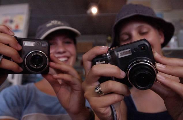 2003 - Ferienpässler besuchen die Fotoabteilung der Solothurner Zeitung