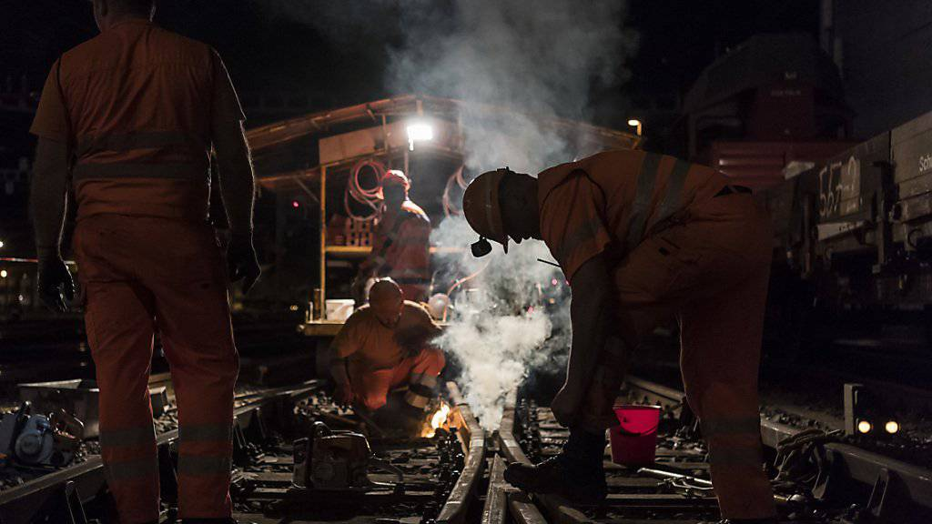 Gleisarbeiter bei einem nächtlichen Einsatz. (Archivbild)