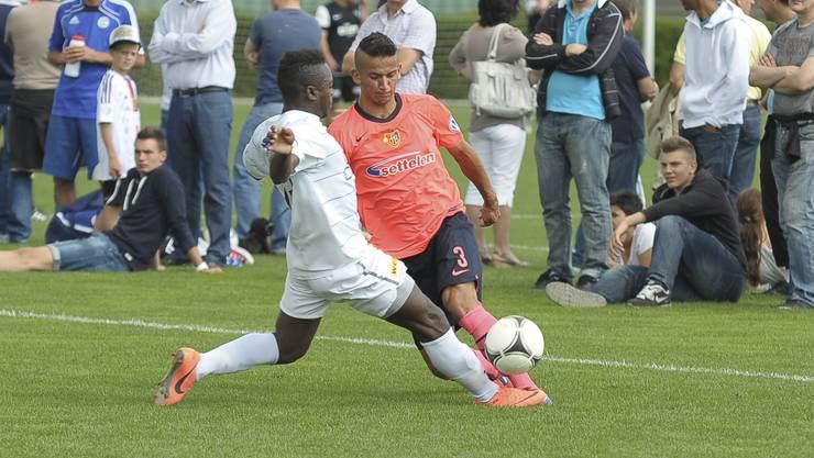 Diogo Carvahlo verteidigt gegen Aliji Naser