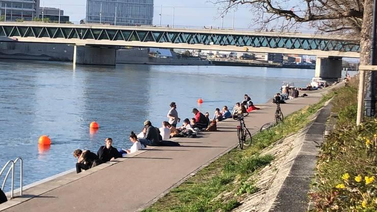Auch am Rheinbord halten sich viele nicht an die Massnahmen des Bundes.
