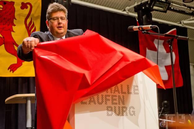 Das neue Rednerpult wird von Rene Leuenberger enthüllt