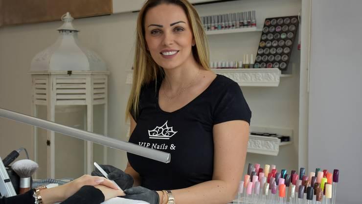 Lendita Frroki, Inhaberin des VIP Nails and Beauty-Studios in Wohlen, hat neben einer Nagelfeile immer auch ein offenes Ohr für ihre Kunden.