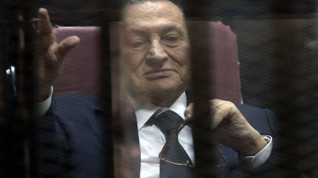 Mubarak im Jahr 2015 vor Gericht: Wegen angeblich schwerer Krankheit wurde der Ex-Präsident stets auf einer Bahre zum Gerichtssaal transportiert. Seine Zeit in Haft verbrachte er in einem Militärspital statt im Gefängnis.