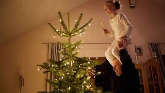 Ein schiefer Baum, das falsche Geschenk, nervige Verwandte: Weihnachten sind selten perfekt. Schrauben Sie deshalb die Ansprüche an das Fest etwas runter.