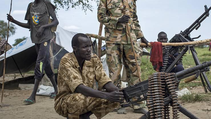 Rebellenkämpfer im Südsudan in einer Aufnahme von 2014: Der noch immer anhaltende Bürgerkrieg verursacht bei der Bevölkerung auch psychische Erkrankungen, wie die Menschenrechtsorganisation Amnesty International schreibt. (Archivbild)