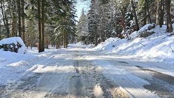 Am Wochenende wurde die dicke Eisschicht mit Salz aufgeschmolzen und machte es schwierig für Autos, hochzufahren. Im oberen Abschnitt ist die Strasse auch am Montag noch etwas matschig.
