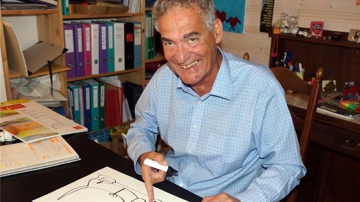 Fred Grob beim Zeichnen eines Cartoons für sein neues Buch.